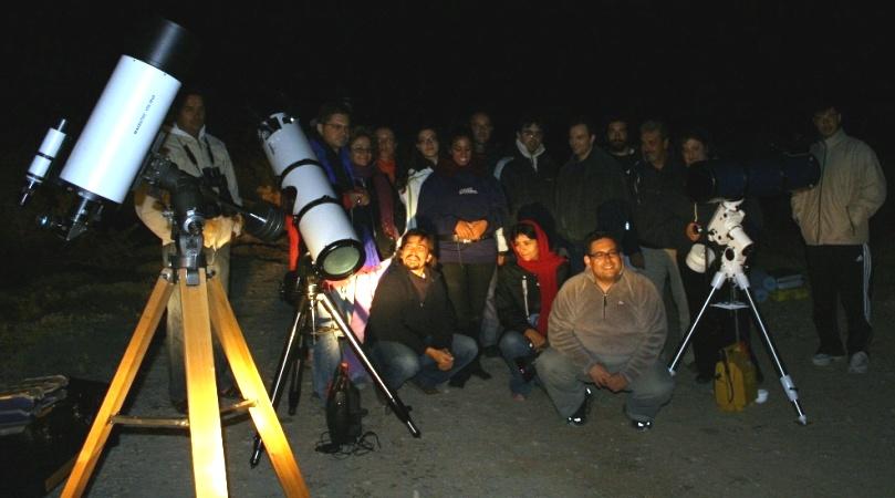 "<i>Αναμνηστική φωτογραφία της 1ης Παγκρήτιας Συνάντηρης Ερασιτεχνών Αστρονόμων"" width=""809″ height=""450″ /></a><em><i>Αναμνηστική φωτογραφία της 1ης Παγκρήτιας Συνάντησης Ερασιτεχνών Αστρονόμων.<br />(φωτό Μάνος Τσικαλάς)</em></div> <p> <i><a href="