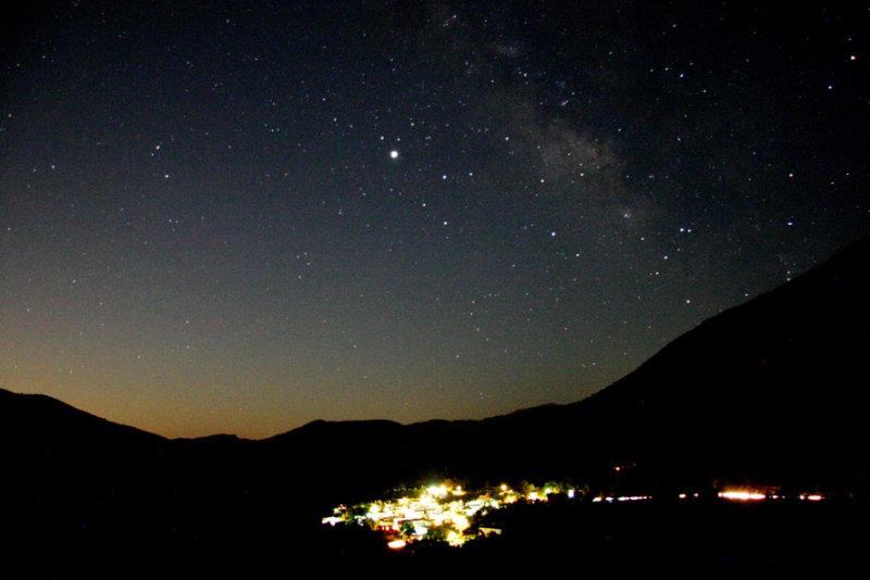 Οι Αλόιδες κάτω από τον έναστρο ουρανό και τον πλανήτη Δία λίγο πριν την ανατολή του φεγγαριού