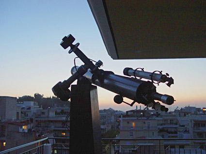 Το μεγάλο διοπτρικό τηλεσκόπιο της Cave Optical, αναμένοντας το επερχόμενο λυκόφως.