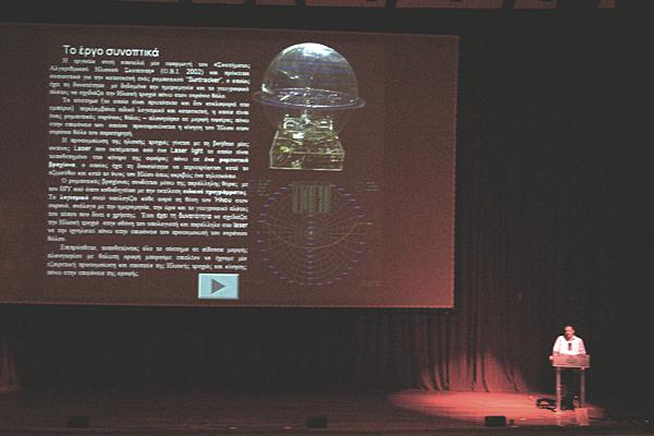 Η παρουσίαση της εντυπωσιακής κατασκευής - διάταξης, προσομοιωτή ουρανίου θόλου. (φωτ. Μάνος Καρδάσης)