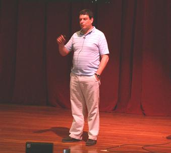 Ο Στέλιος Κλειδής, παρουσιάζοντας το θέμα του. (φωτ. Μάνος Καρδάσης)
