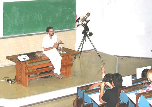 Μία χαρακτηριστική εικόνα από την παρουσίαση του θέματος της Ηλιακής παρατήρησης στο 5ο Πανελλήνιο Συνέδριο Ερασιτεχνικής Αστρονομίας. (φωτ. Ιάκωβος Στρίκης)