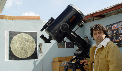Ο Δημήτρης Κολοβός στο αστεροσκοπείο του, την ημέρα της έκλειψης.